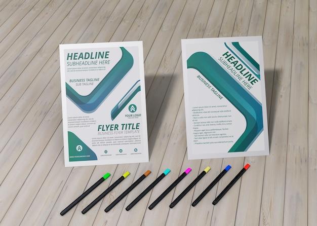 Lápis e panfleto de alta vista marca o modelo de negócios da empresa papel em pano de fundo de madeira Psd grátis
