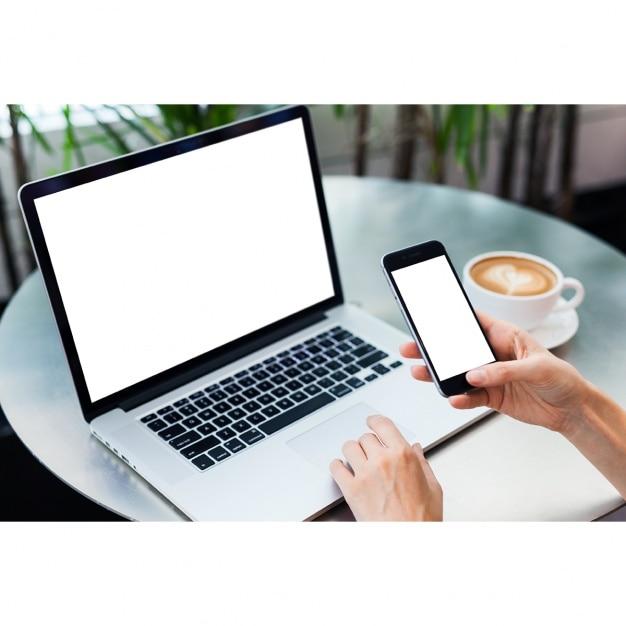 Laptop e mock up design de móveis Psd grátis