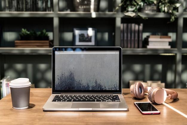 Laptop em um espaço de coworking Psd grátis