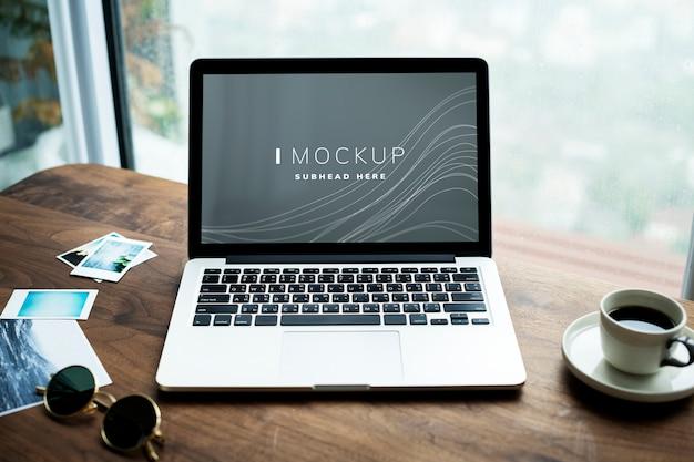 Laptop em uma mesa de madeira com uma maquete de tela Psd Premium