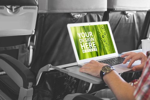 Laptop na tela de laptop de maquete de cabine de aeronave Psd Premium