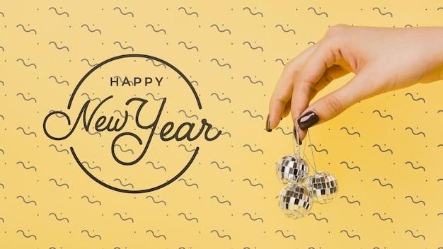 Letras de ano novo vista frontal com bolas de discoteca festivas Psd grátis