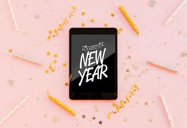 Letras minimalistas de ano novo no tablet preto Psd grátis