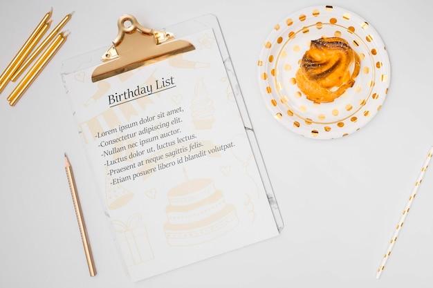 Lista de feliz aniversário mock-up com bolo doce Psd grátis