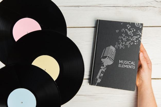 Livro de elementos de música com vista superior de discos de vinil Psd grátis