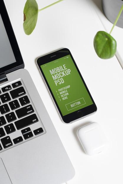 Local de trabalho com smartphone moderno Psd Premium