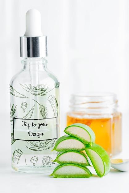 Loção caseira cosmética ou óleo essencial de planta natural de aloe vera em fatias em garrafas de vidro Psd Premium