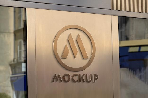 Logotipo 3d da vitrine em maquete de placa de metal dourada Psd Premium