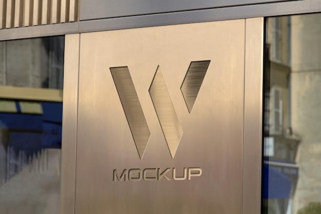 Logotipo da vitrine em maquete de placa de metal Psd Premium