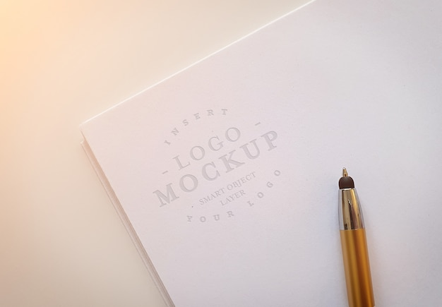 Logotipo gravado na pilha de papel maquete Psd Premium