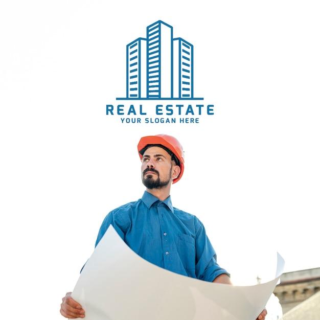 Logotipo imobiliário com trabalhador construtor e planos Psd Premium