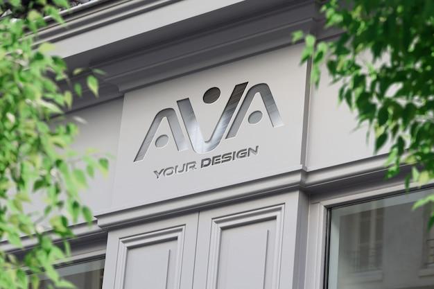 Logotipo metálico em uma loja na rua maquete Psd Premium