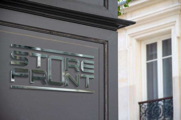 Logotipo metálico em uma loja na rua mockup Psd Premium