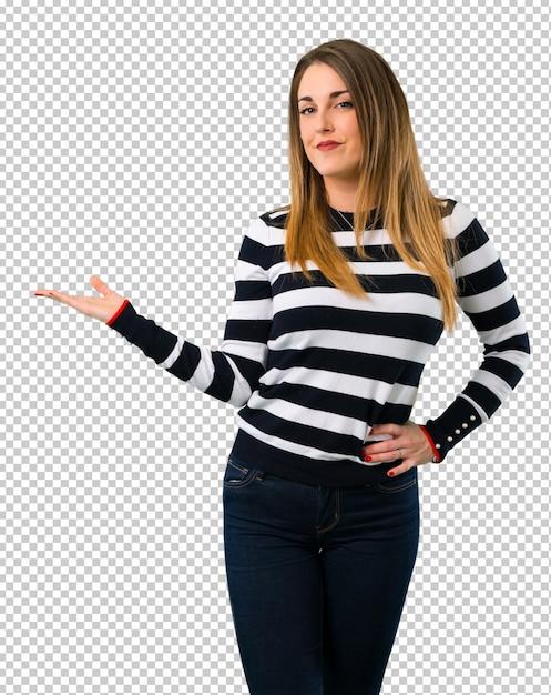 Loira youn garota segurando copyspace imaginário na palma da mão Psd Premium