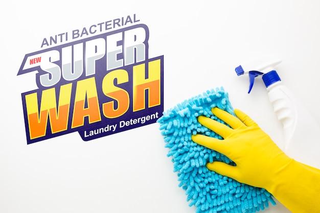 Mão limpando a superfície com mock-up Psd grátis