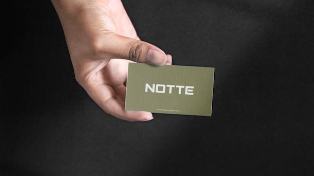 Mão segurando a maquete de cartão de visita Psd Premium