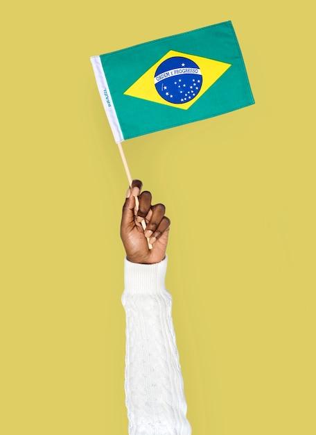 Mão, segurando, bandeira brasileira, isolado Psd Premium