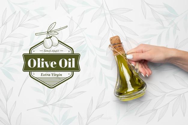 Mão segurando o azeite virgem Psd Premium