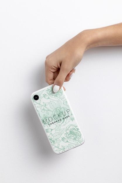 Mão segurando o smartphone com maquete de capa Psd grátis