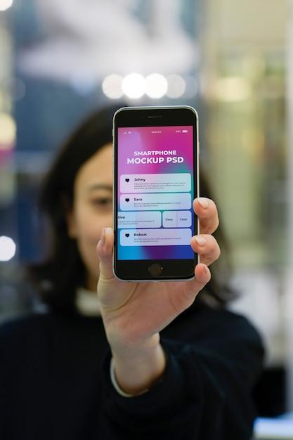 Mão segurando o smartphone moderno Psd Premium