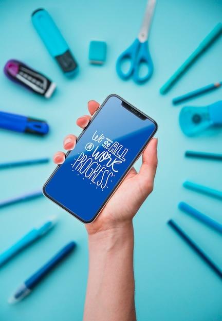 Mão segurando o telefone com moldura de ferramentas Psd grátis