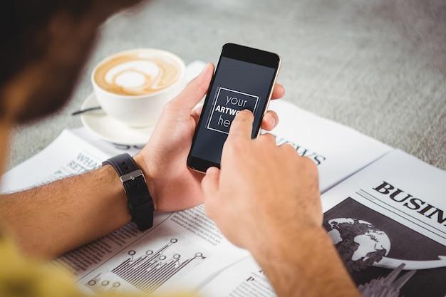 Mãos do homem segurando o telefone móvel Psd Premium