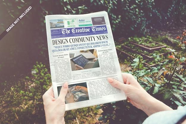 Mãos, segurando, jornal, mockup Psd Premium