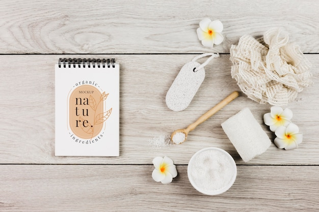Maquete de acessórios para tratamento e cuidados do spa com flores Psd Premium
