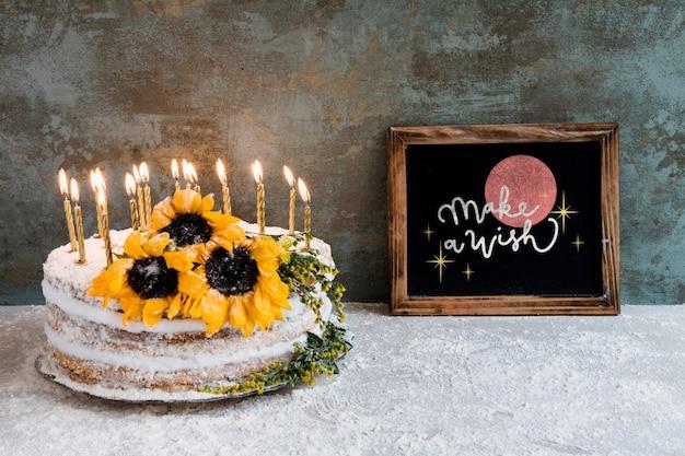 Maquete de ardósia com bolo de aniversário Psd grátis