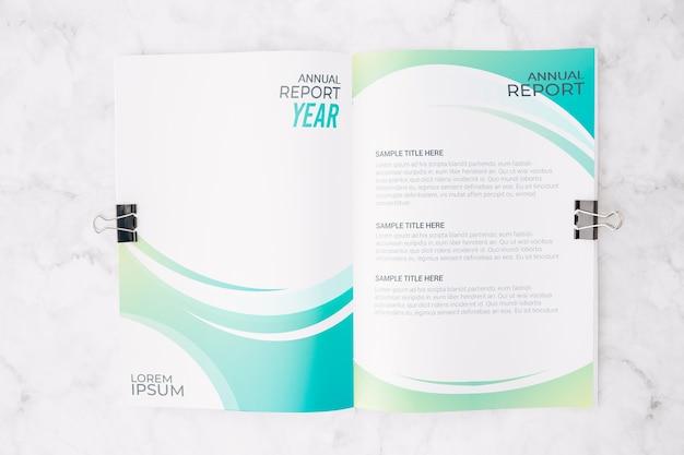 Maquete de brochura aberta plana leigos no espaço de trabalho Psd grátis