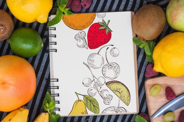 Maquete de caderno espiral com frutas Psd grátis