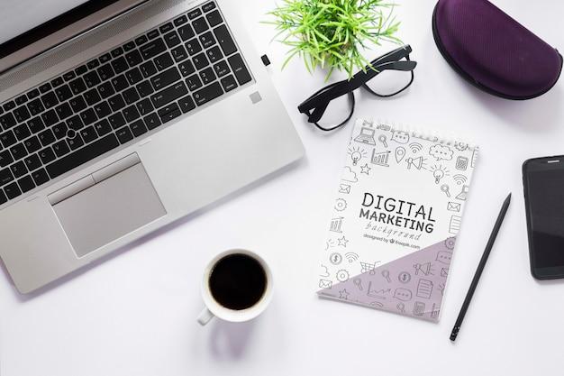 Maquete de café e notebook para laptop Psd grátis