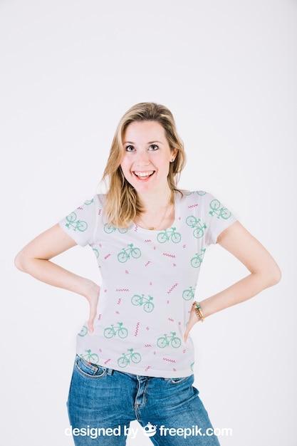 Maquete de camiseta com mulher feliz Psd Premium