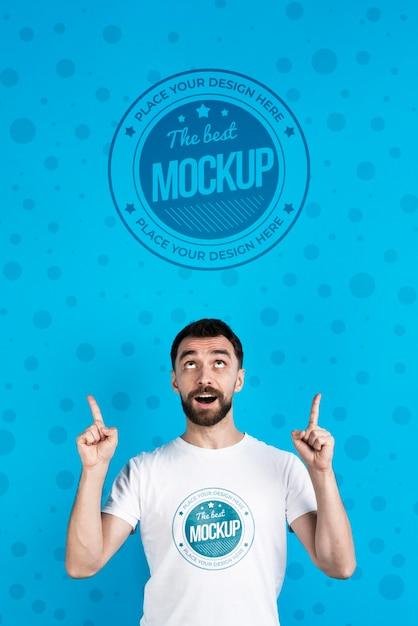 Maquete de camiseta e homem olhando para cima Psd Premium
