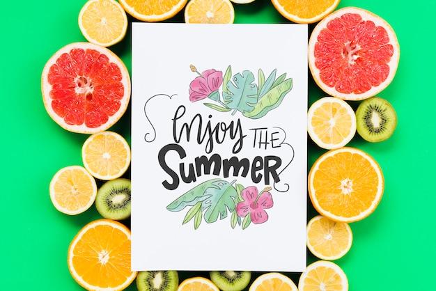 Maquete de capa em branco, rodeado por frutas frescas Psd grátis