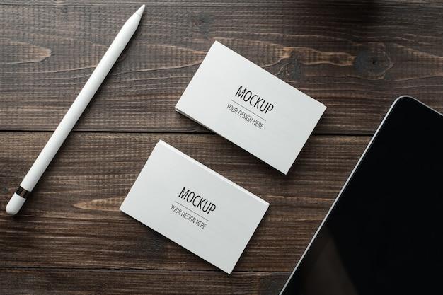 Maquete de cartão branco em branco e tablet com caneta Psd Premium