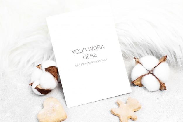 Maquete de cartão com algodão e biscoitos Psd Premium