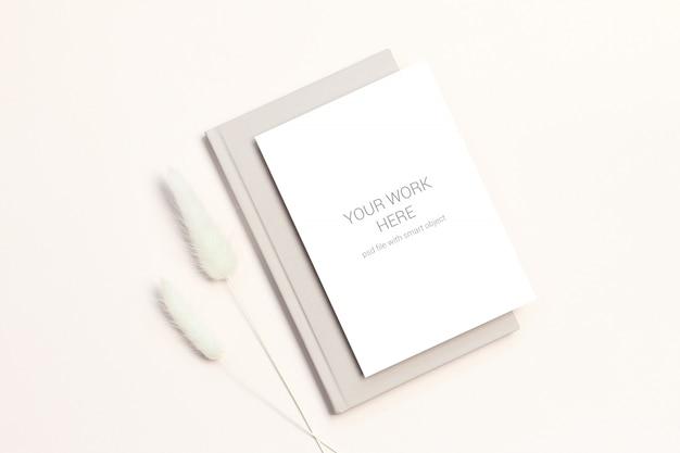 Maquete de cartão com flores secas no livro Psd Premium