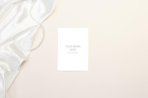 Maquete de cartão com tecido de seda Psd Premium
