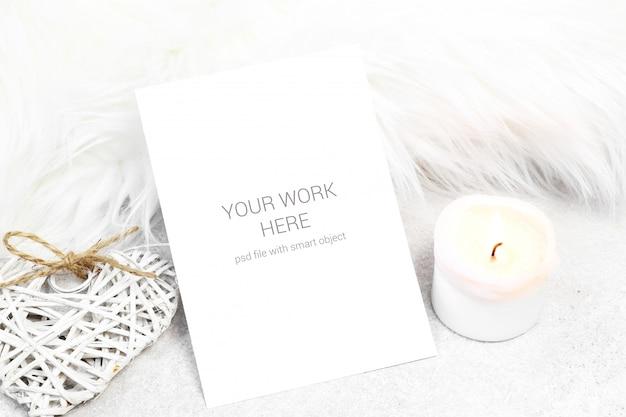 Maquete de cartão com vela e coração Psd Premium
