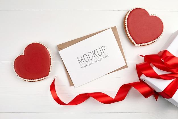 Maquete de cartão comemorativo com caixa de presente e biscoitos Psd Premium