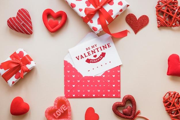 Maquete de cartão de dia dos namorados com composição de objetos Psd grátis