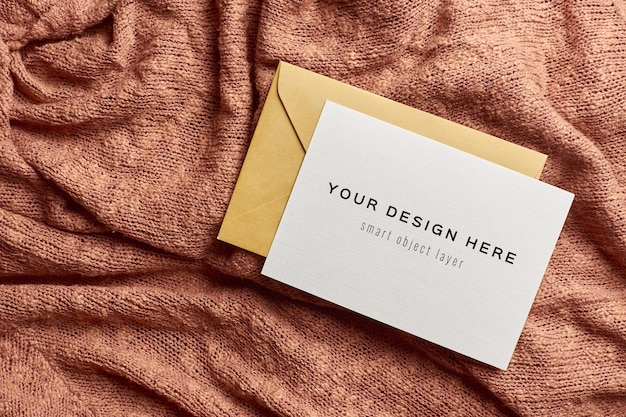 Maquete de cartão de felicitações com envelope em fundo de malha Psd Premium