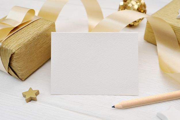 Maquete de cartão de natal com fita de presente de ouro Psd Premium
