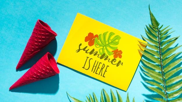 Maquete de cartão de papel plana leigo com elementos de verão Psd grátis