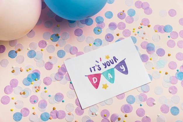 Maquete de cartão na composição de aniversário Psd grátis