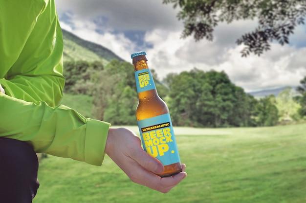 Maquete de cerveja de fundo de montanha Psd Premium