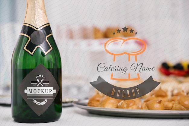 Maquete de champanhe ao lado da comida Psd Premium