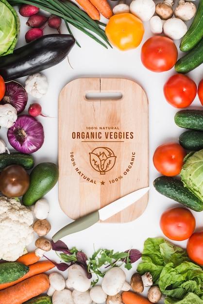 Maquete de comida saudável com placa de madeira Psd grátis