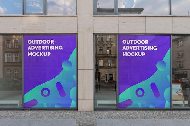 Maquete de duas propagandas ao ar livre em esquadrias na fachada do edifício clássico Psd Premium